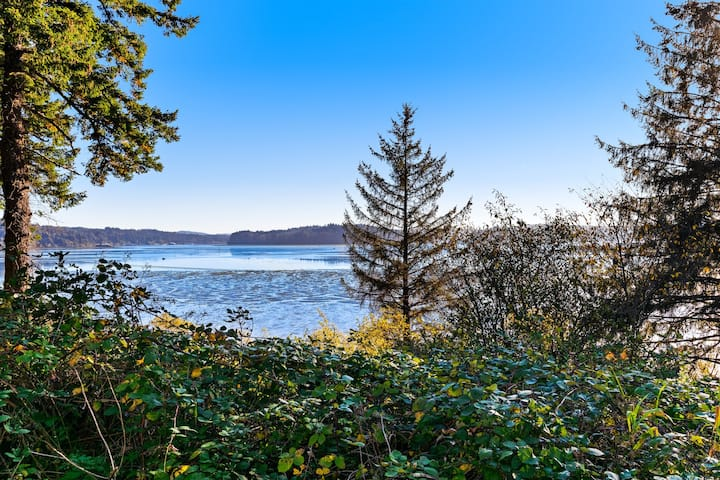 Relaxing home w/ a bay view & large, grassy yard - close to the water!