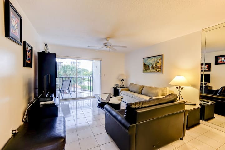 BEAUTIFUL CONDO ACROSS THE STREET FROM THE BEACH ! - Sunny Isles Beach