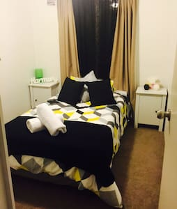 Single room available NOW - Craigie