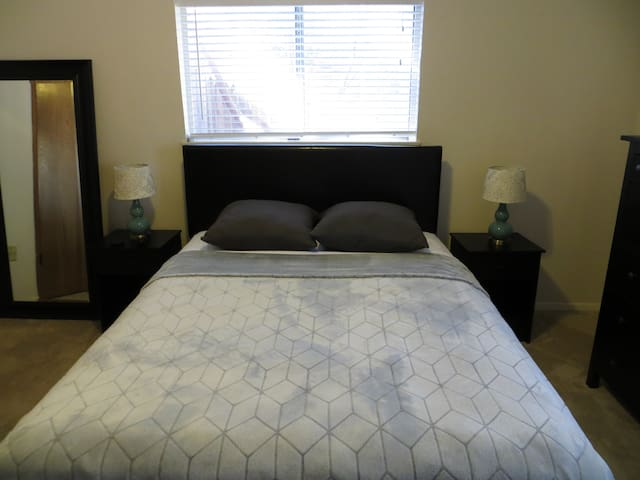 Comfy Queen w/Bathroom Mins from Uptown/Downtown - Dallas - Ház