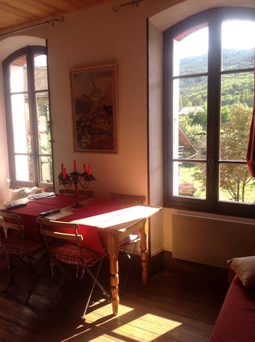 Séjour avec 2 grandes fenêtres donnant au sud sur les montagnes