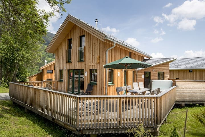 Detached, deluxe wooden chalet with wellness area and jacuzzi near Kreischberg