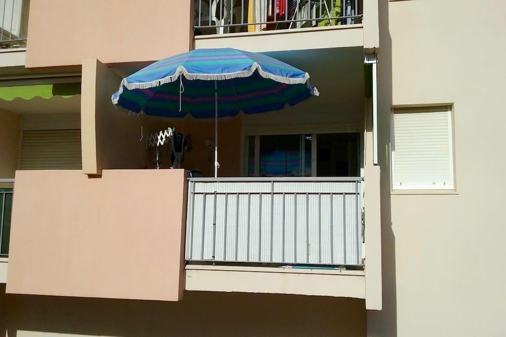 Vue de la terrasse depuis le solarium de la piscine