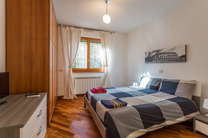 Big apartment, shopping and tourism. ROMA EUR.