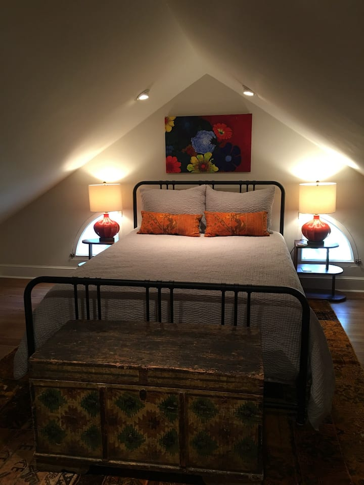 One Upstairs Bedroom in Comfy Quarters (queen bed)