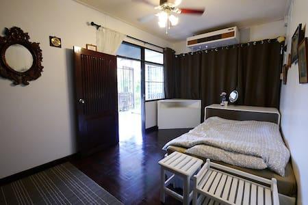 ห้องพักชั้นบนพร้อมวิวภูเขา - Tambon Mae Sa