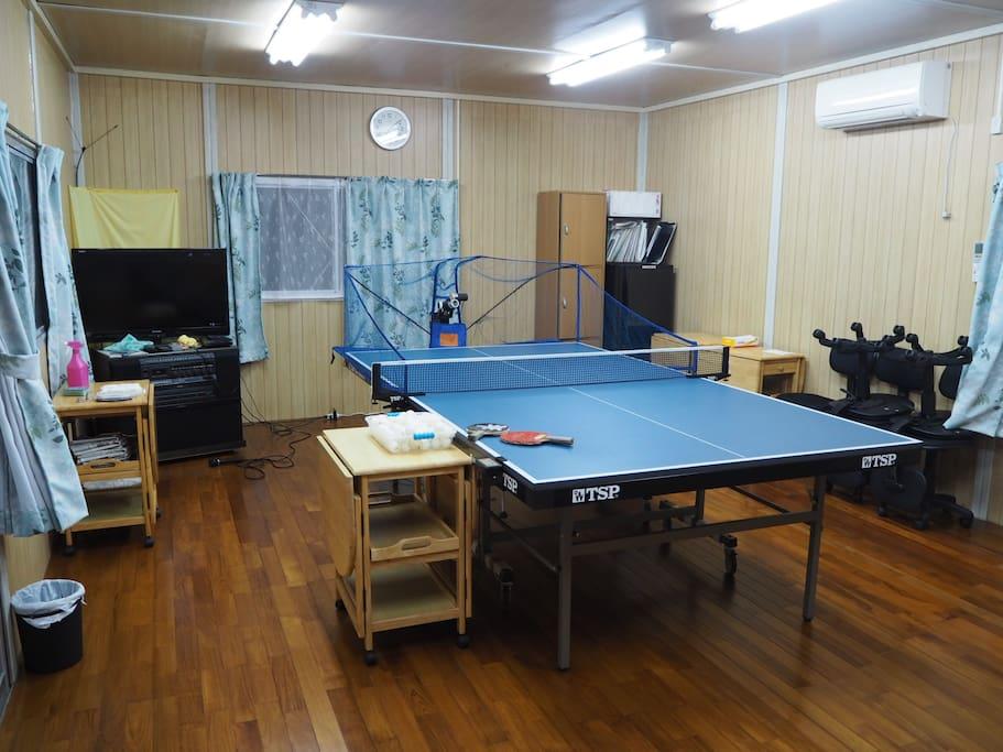 お泊まり頂く大部屋です。自動卓球台は大人数がご宿泊の場合移動します。 Guest room Automatic table tennis table can be moved