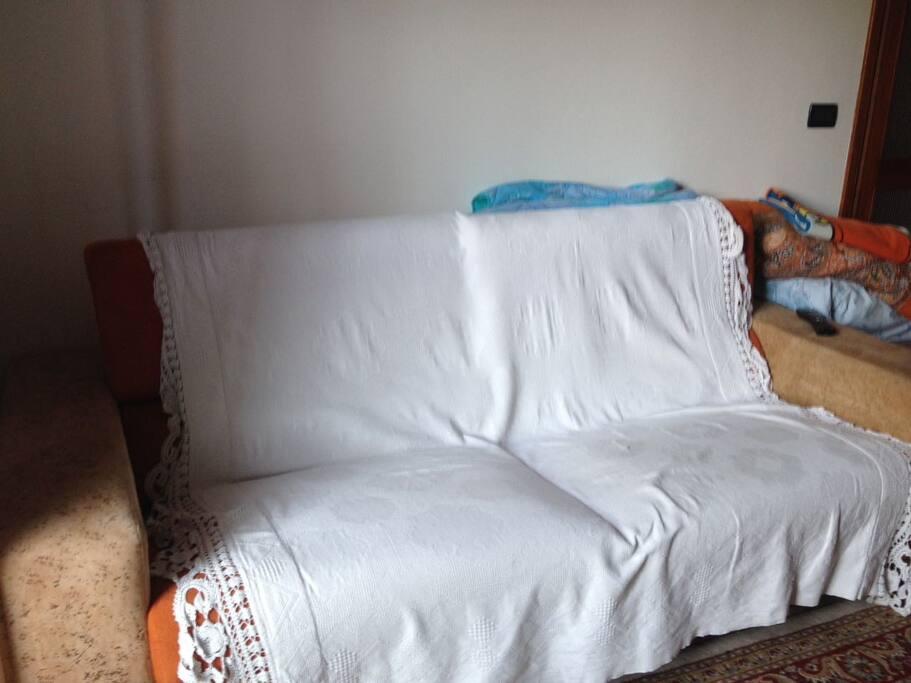Divano letto (aperto è di dimensioni matrimoniali)