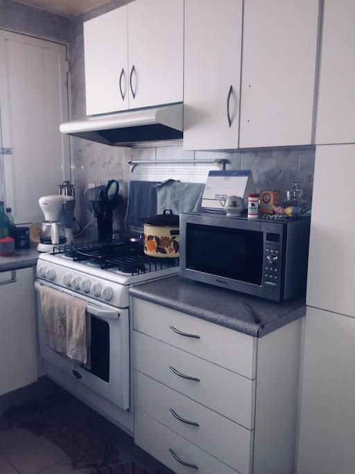 Cocina equipada con acceso a los servicios básicos y lavadora de ropa.