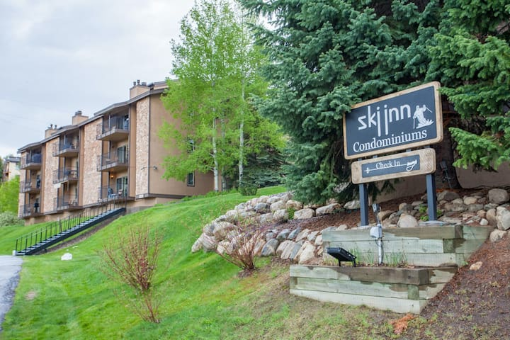 Lovely ski-in/ski-out condo w/ easy resort access, fireplace, sauna & hot tubs!