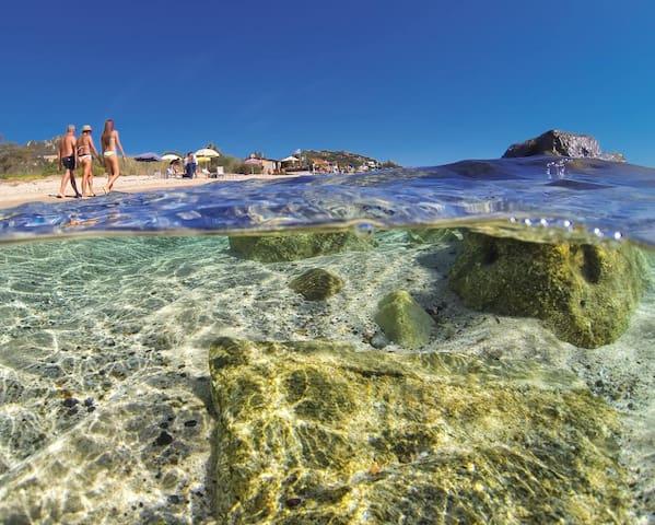 Lunghe passeggiate sulla spiaggia di Costa Rei.