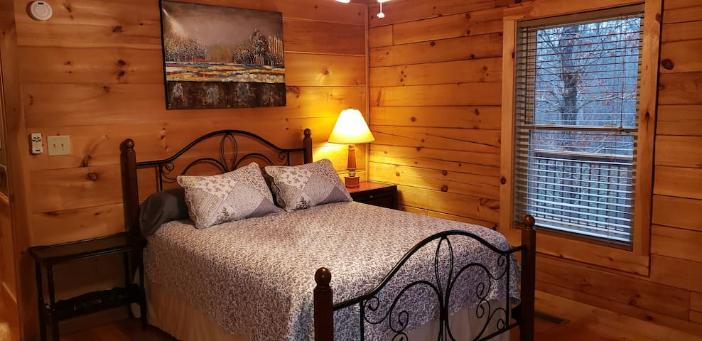 Master Bedroom #1 ( 1 Queen Bed ) at Main Level