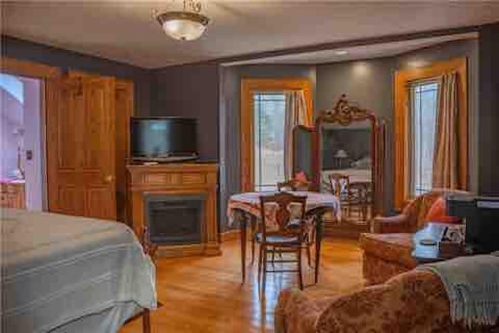 Red Oak Room at Oak Haven B&B on 30 acres of woods