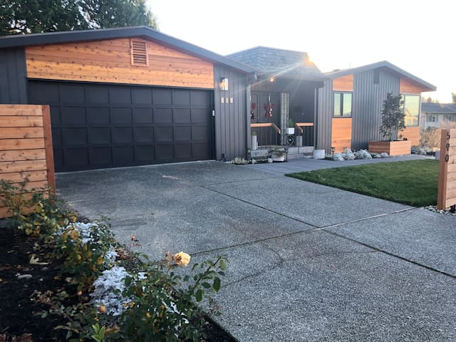 Modern & Cozy Home steps from downtown Edmonds