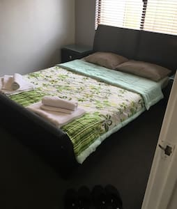 Queen Bed close to Airport and CBD - Wilson