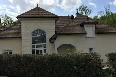 Chambres dans villa de caractère - Besançon - Huvila