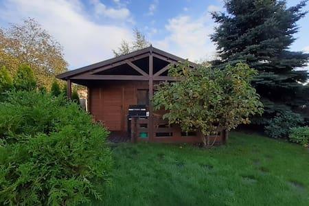 Przytulny drewniany domek z jacuzzi