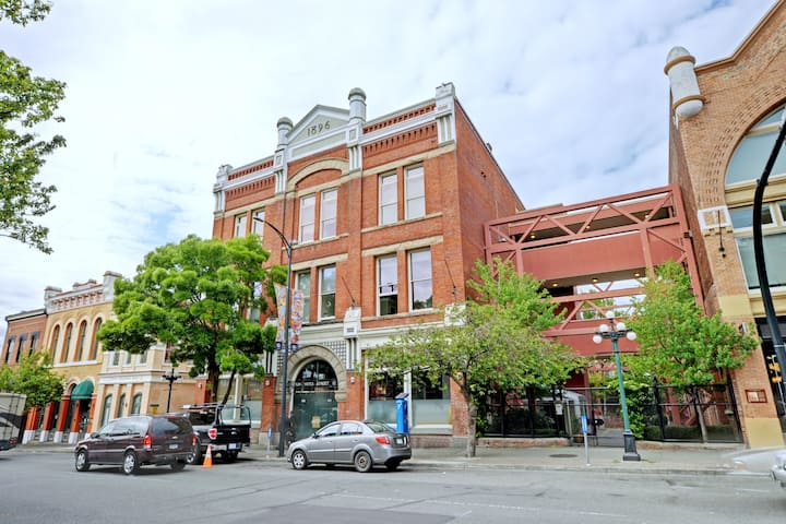 Historic City loft downtown near Yates and Wharf