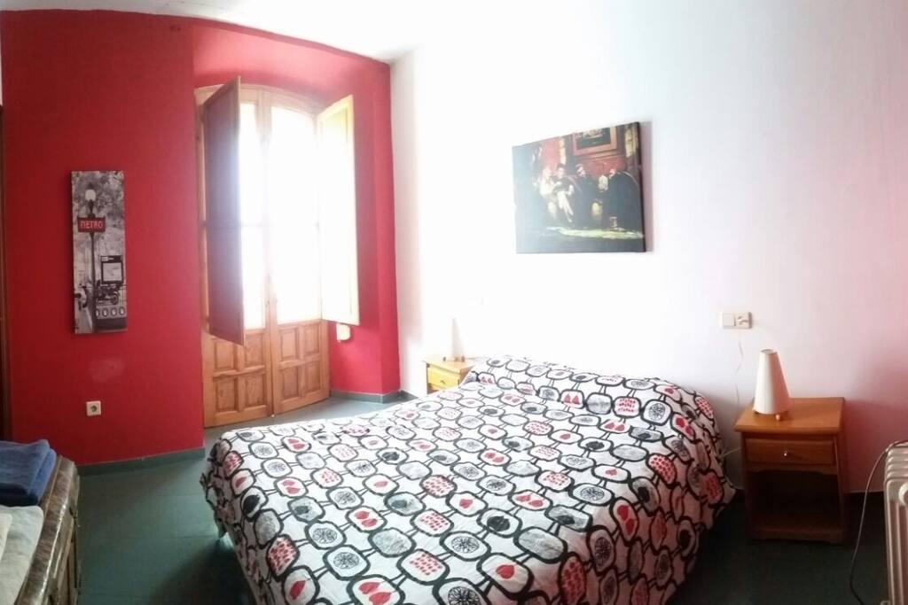 Dormitorio con cama de matrimonio con vestidor y balcón exterior