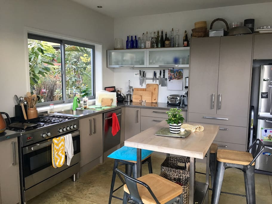Fully equipped kitchen with breakfast bar table