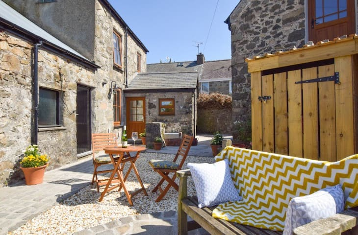 Beautiful cottage for two, 5 min walk to the beach