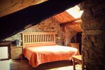 El dormitorio, con la ventana en el techo