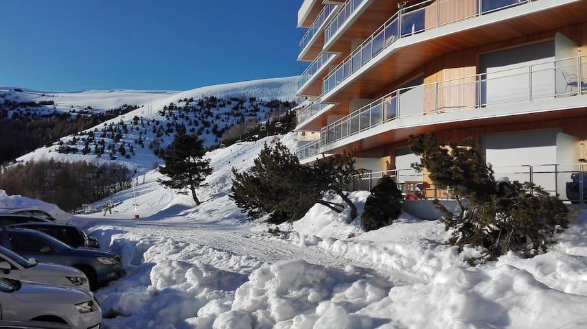 Plein sud; skis aux pieds ; vue panoramique.