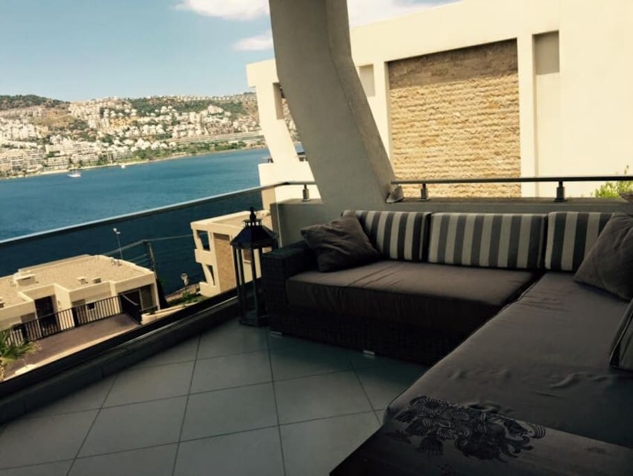 Has a relaxing balcony with the stunning bay and sunsets view
