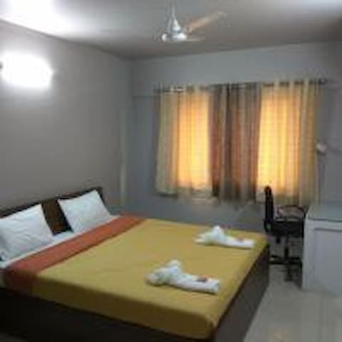 Riverview bedroom - serviced apt-Phase1, Hinjewadi