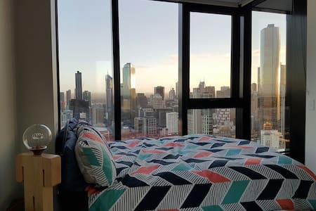 Master Bedroom & en-suite - Stunning City Views! - Southbank