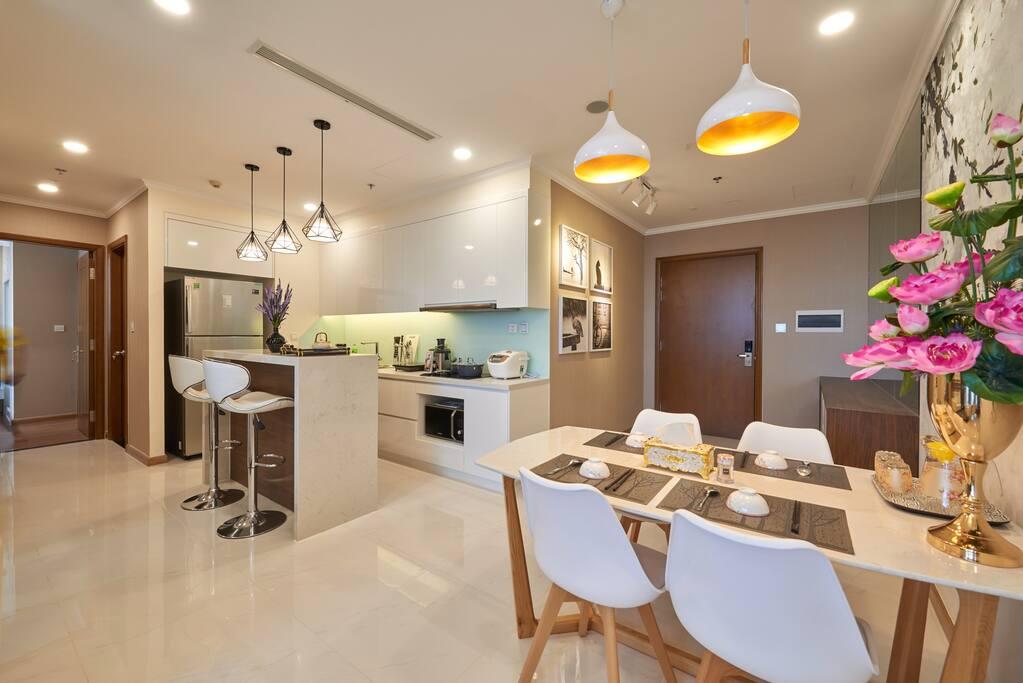 khu vực bếp và bàn ăn