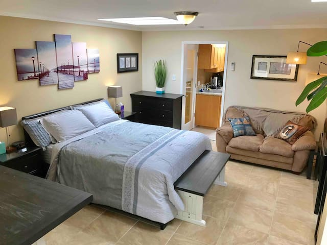 Private Guest Unit. Kitchen, Bathroom, Queen Bed