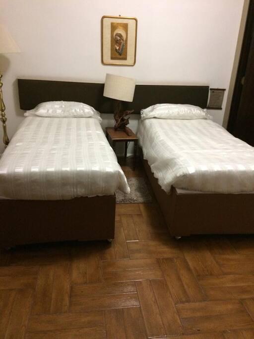 Posibilidad de 2 camas individuales o 1 queen.