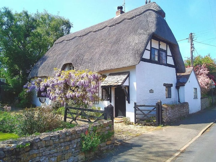 Charming Thatched Cottage in Peaceful Cotswolds