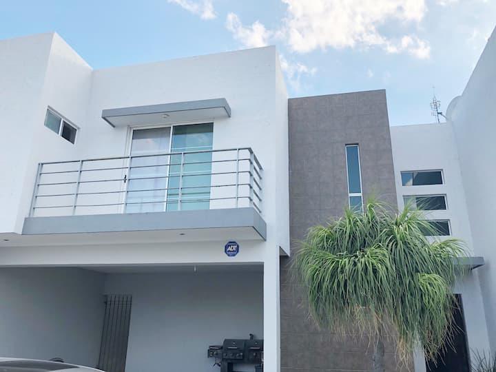 Moderna Casa con excelente ubicación,  en privada