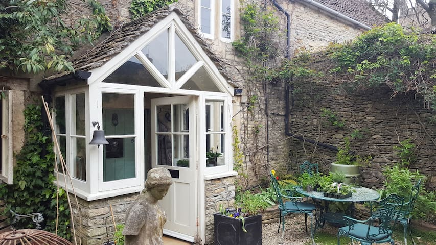 A charming secluded cotswold cottage for 6 people