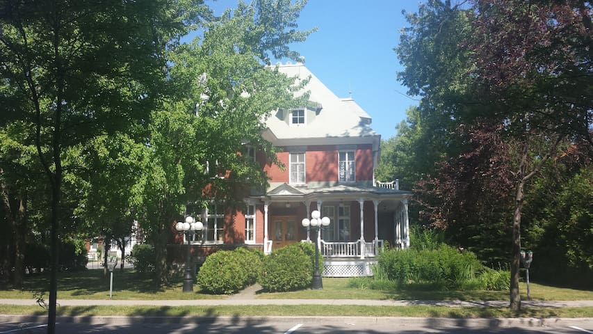 Beautiful Victorian House in Joliette down town - Joliette - Casa
