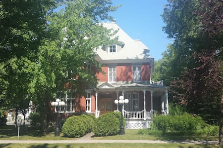Beautiful Victorian House in Joliette down town - Joliette - Ház
