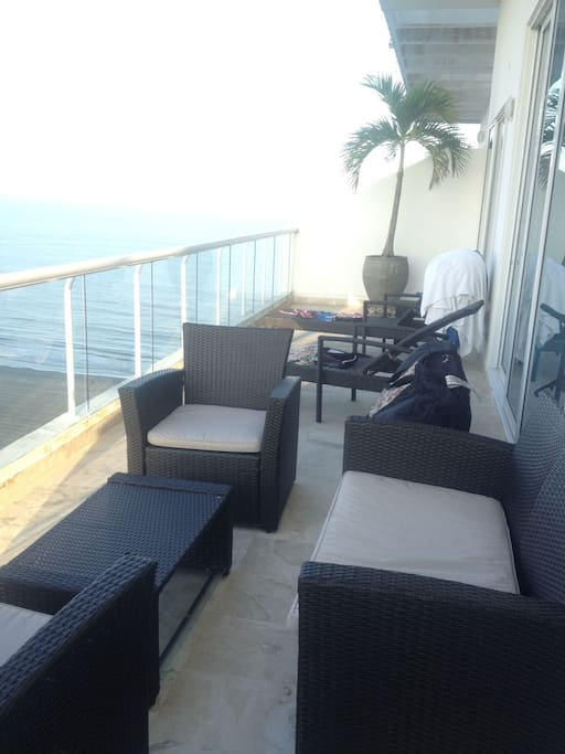 Espacio amplio, con Sofá, 2 sillas, mesa, dos asoleadoras y mesa