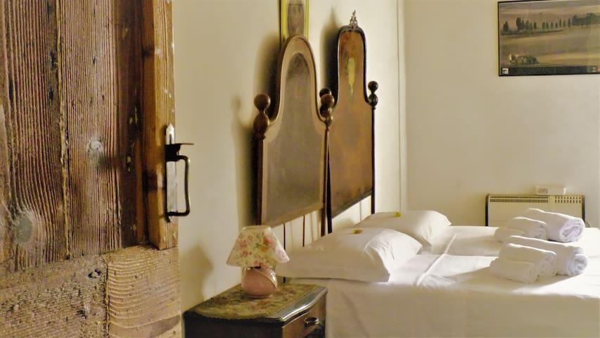 Montetorto è tra le costruzioni con caratteristiche esterne ed interne  più rappresentative dello stile Country Marchigiano.