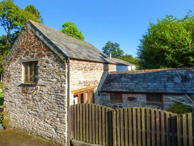 MILLER'S LODGE, character holiday cottage in St Keyne, Ref 2470