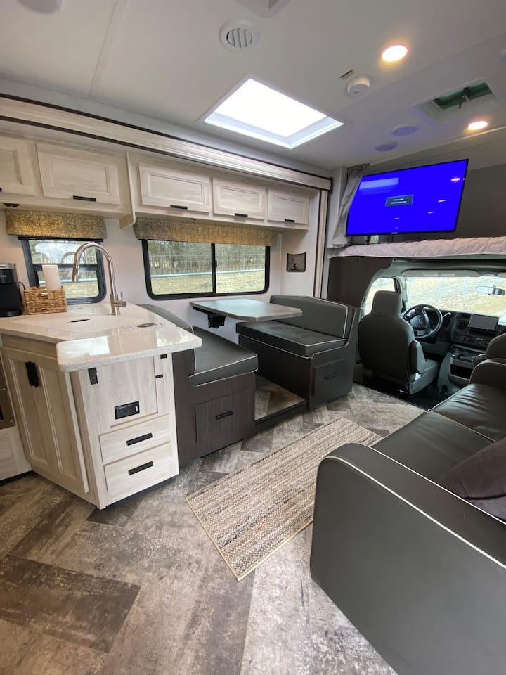Super Comfortable and Spacious RV - Easy to Drive