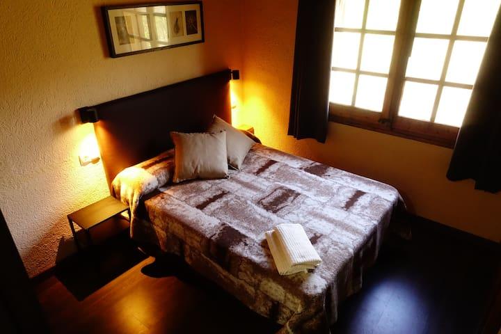 Habitació doble amb dutxa en casa amb jardí - 1