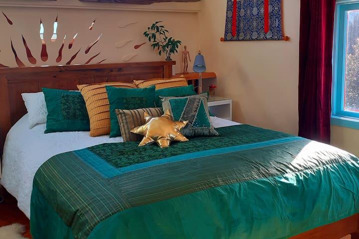 Main bedroom queen size bed.
