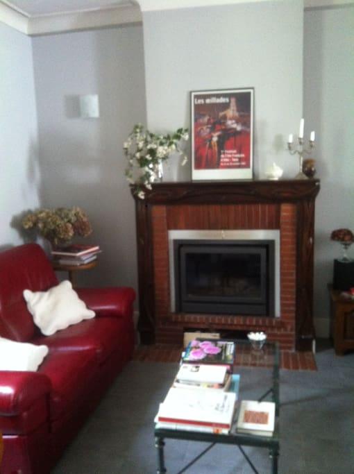 Le salon et sa cheminée Art Déco.