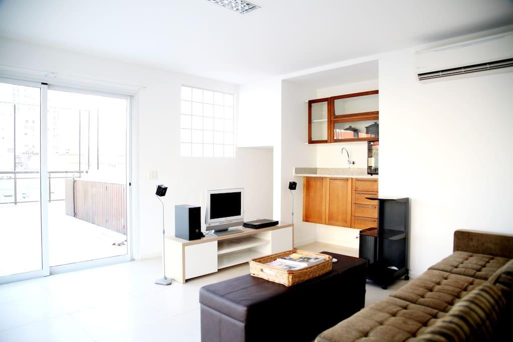 Espaço Estar Open Plan com Cozinha tipo Flat e TV Cabo Som/DVD