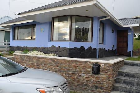 JARDIN AZUL. Habitación privada en barrio cerrado.