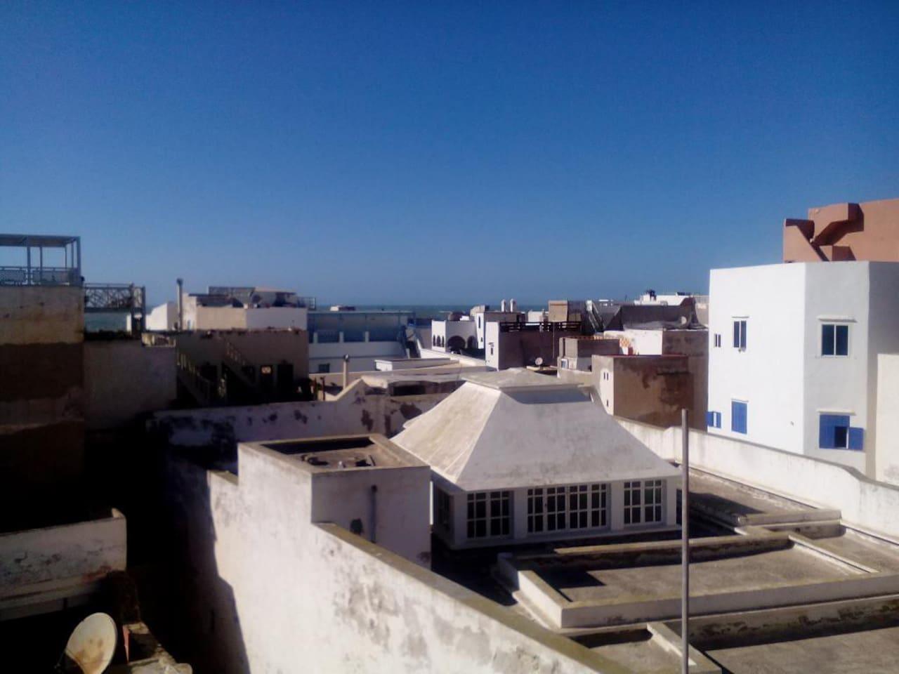 Vue depuis la terrasse, on aperçoit la mer