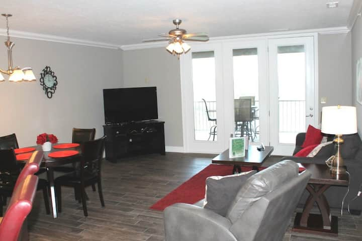 Luxury Oasis 1 Bed 1 bath Condo. Large Deck-Enjoy beautiful Lake Views-1 mile form Silver Dollar City!