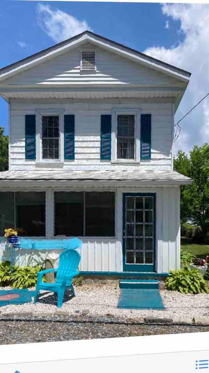Three Birds Cottage 800 feet from the Beach